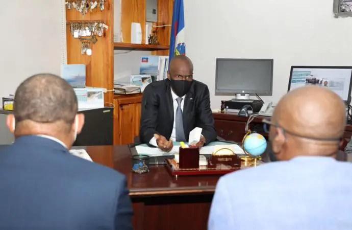 Vers la concrétisation du passeport électronique, Jovenel Moïse félicite les techniciens de la DIE - Passeport électronique