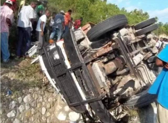 5 personnes tuées dans un accident aux Cayes. - Constitution, Haïti, Léon Charles, PNH, secteur démocratique et populaire, Vaccin