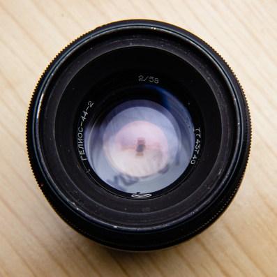 無鍍膜鏡頭或單層鍍膜:不管怎麼換觀察角度看不到任何色彩變化,或是沒有任何色彩