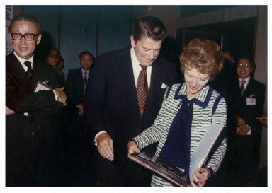 1971年10月國賓來訪,外交部派專職攝影師專職拍攝,時任美國加州州長雷根夫婦造訪臺灣,欣賞訪華行程的攝影專輯。(照片來源:許捷芳提供)