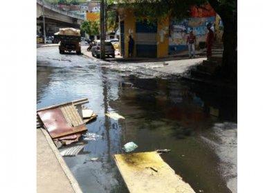 Seman realiza serviço para reduzir acúmulo de água fétida na Baixa de Quintas