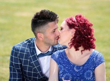Estudo aponta que beijo pode transmitir vírus que causa infertilidade