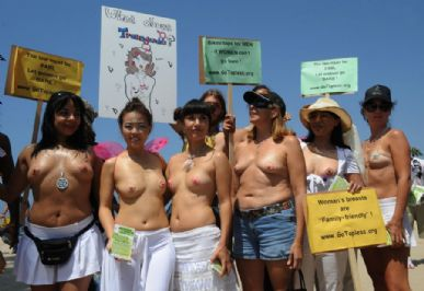 Mulheres se reúnem em Venice Beach, na Califórnia.
