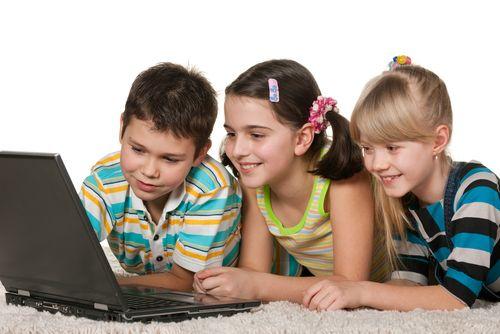 Crianças estão cada vez mais conectadas, mas pais não se preocupam devidamente / Shutterstock
