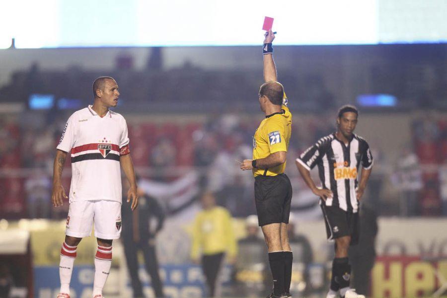 Luis Fabiano recebeu o cartão vermelho no duelo contra o Atlético-MG / Moacyr Lopes Junior/Folhapress