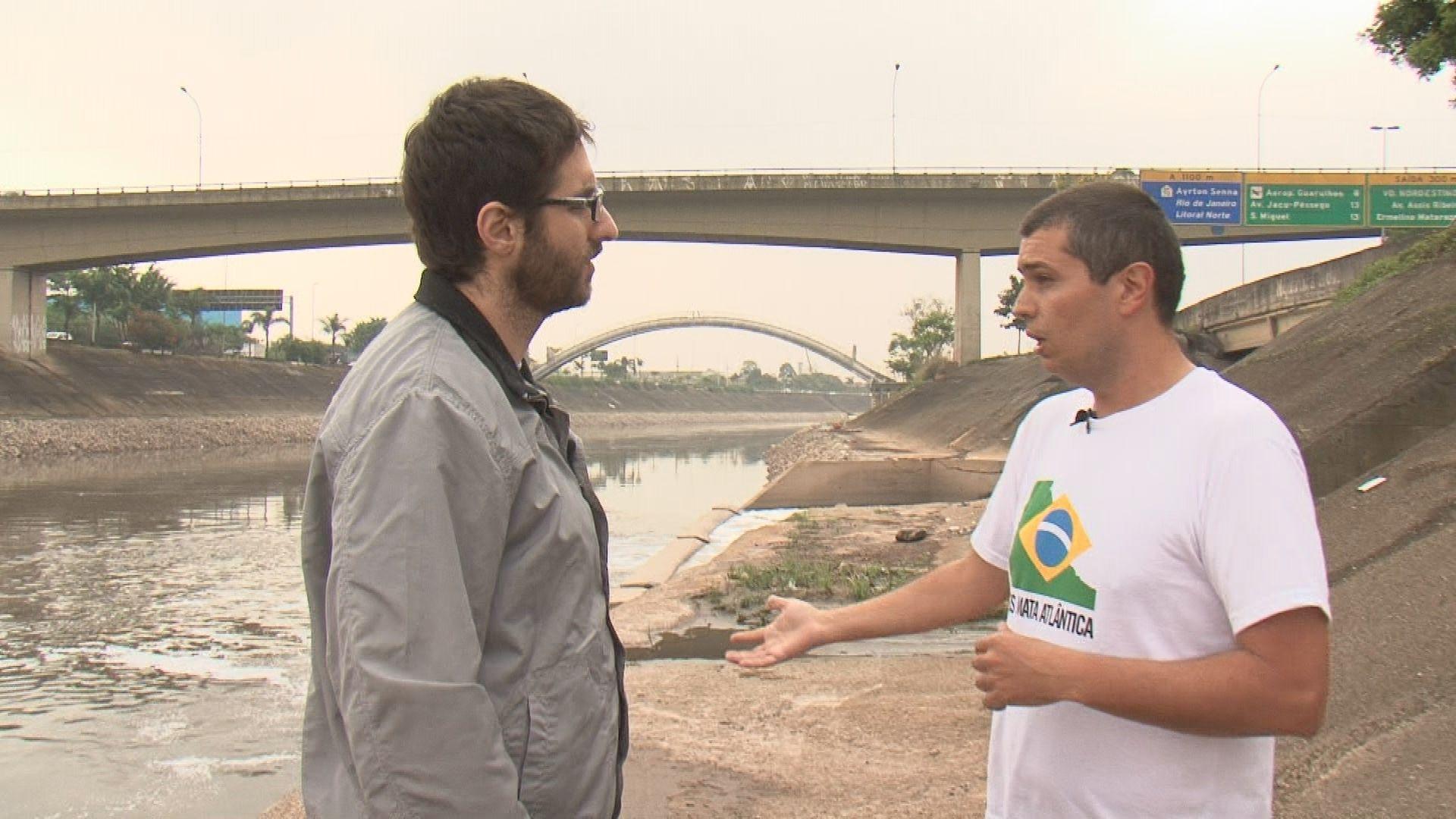 Rafinha Bastos faz entrevista à beira do Rio Tietê /