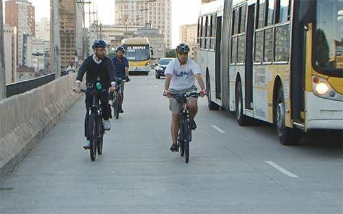 Cazé encara o desafio de andar de bicicleta em São Paulo /