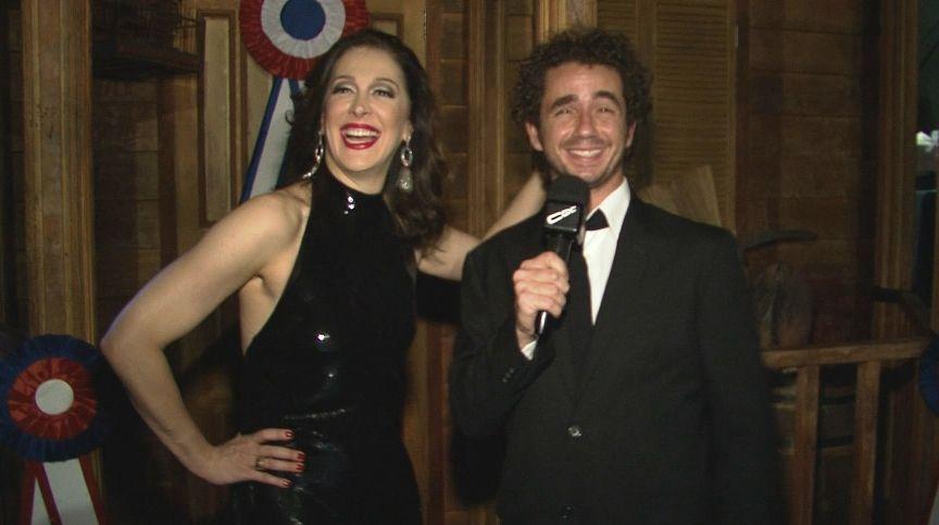 Claudia Raia se diverte com Felipe Andreoli em entrevista /