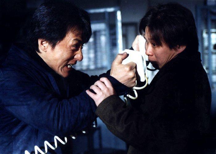 Jackie Chan em uma de suas clássicas cenas de ação /