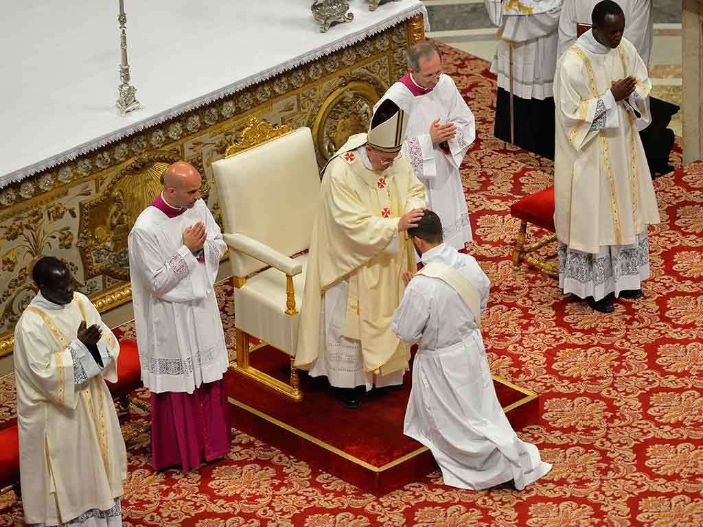 Francisco abençoou novos sacerdotes / Andreas Solaro/AFP