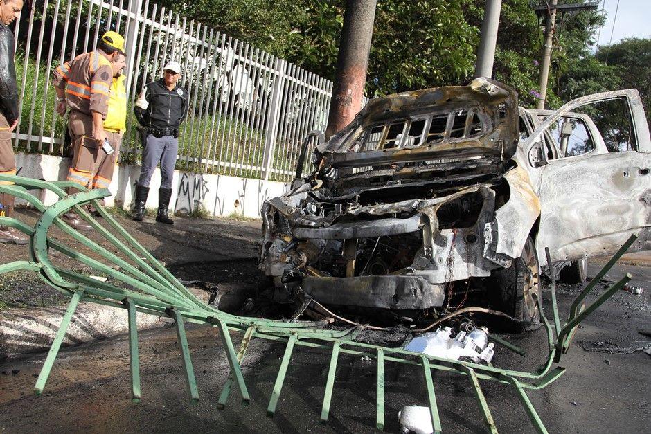 Carro bateu em grade no centro de São Paulo / Luiz Guarnieri/Brazil Photo Press/Folhapress