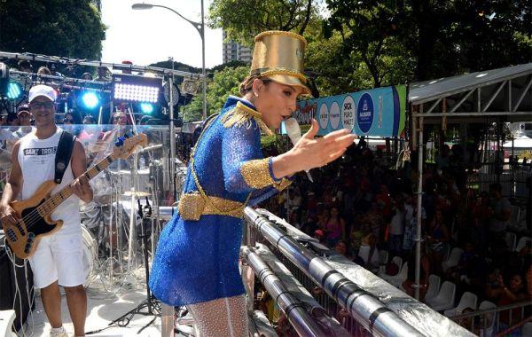 Em Campo Grande, Márcio Victor dispensa seguranças e se joga nas Muquiranas - Band.com.br