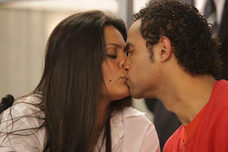 Goleiro Bruno e a noiva Ingrid Oliveira se beijam antes do depoimento / Foto: Renato Capucci/Hoje em Dia/AE