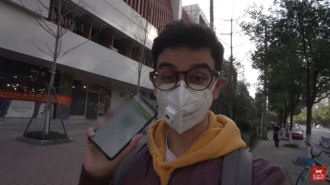 Javier Ferrández, periodista y youtuber viviendo en China, muestra una app de seguimiento basada en códigos de color en uno de sus vídeos.