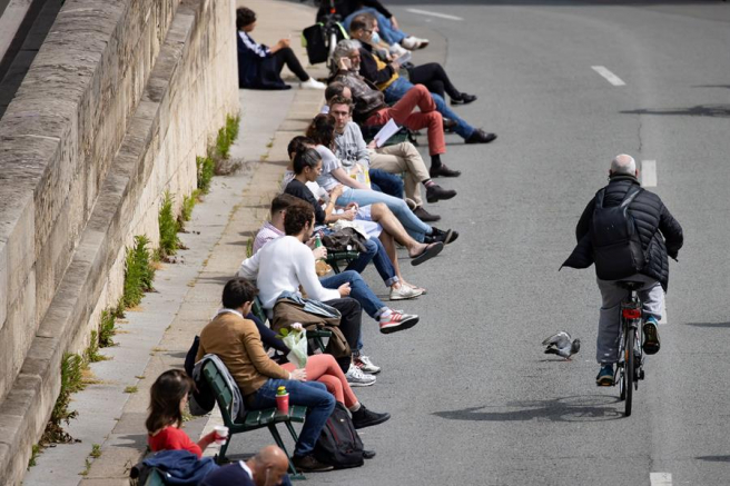 Ciudadanos sentados a la orilla del Sena, en París, en el segundo día de la desescalada de las medidas adoptadas contra el coronavirus  en Francia.