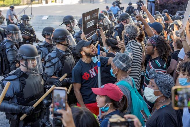 Manifestantes se encaran a policías antidisturbios en Atlanta, EE UU, durante las protestas por la muerte a manos de la Policía del ciudadano afroamericano George Floyd.