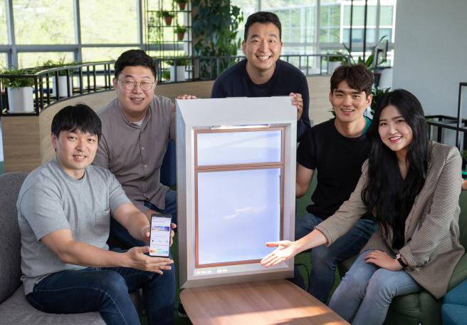 El equipo SunnyFive con su ventana artificial y aplicación complementaria.