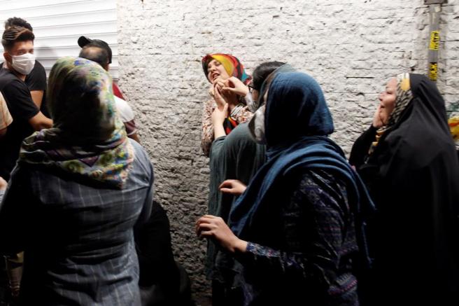 Familiares de las víctimas, en los alrededores de la clínica Sina Athar, en Teherán (Irán), donde una explosión causó al menos 19 muertos.