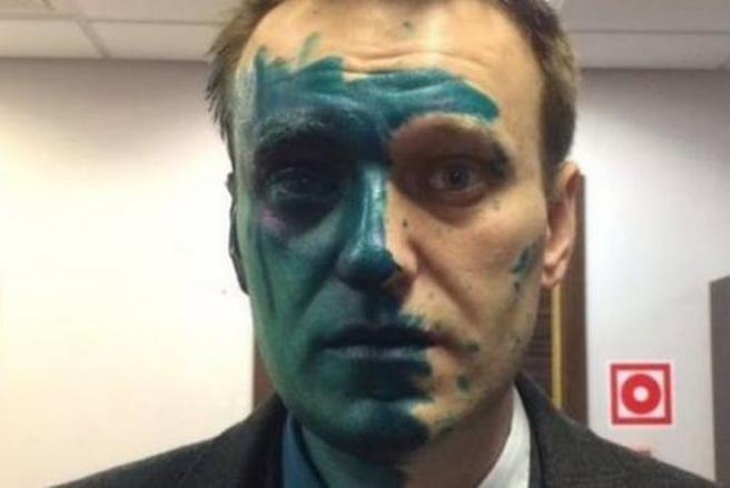 Navalny tras ser atacado con tinte antiséptico en 2017.