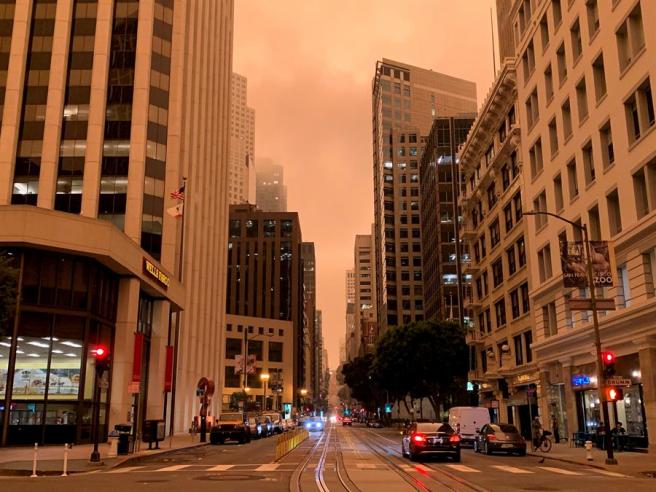 San Francisco, bajo un cielo de color naranja intenso debido a la niebla y al humo de los incendios en California.