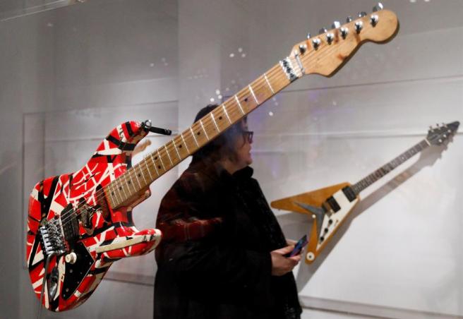 La guitarra 'Frankenstrat' de Eddie Van Halen, en una exposición en el Museo Metropolitano de Nueva York, en 2019.