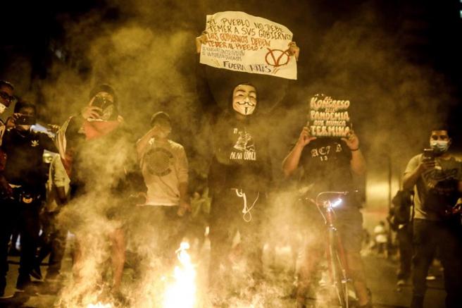 Manifestantes contra el gobierno de transición de Manuel Merino en la Plaza San Martín de Lima, Perú.