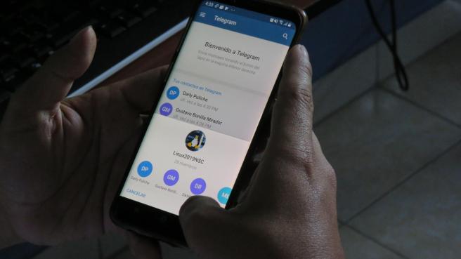 Imagen de archivo de una persona usando Telegram.