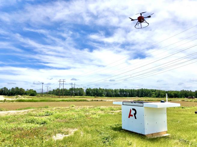 """Los drones pueden recargarse automáticamente en las estaciones de carga y alojamiento """"a prueba de intemperie""""."""