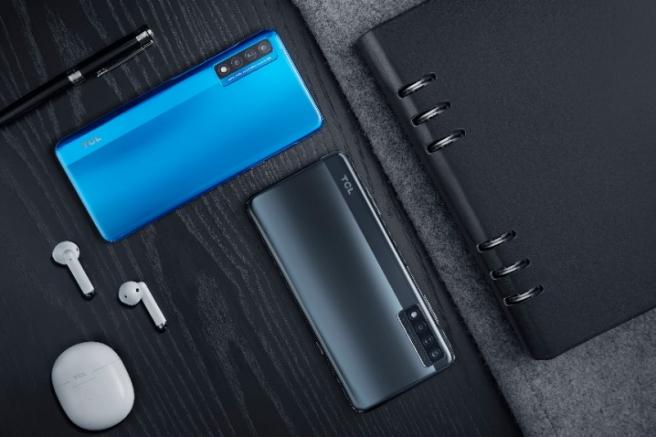 El TCL 20 5G está disponible en los colores Placid Blue y Mist Gray.