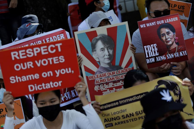Manifestantes contra el golpe de Estado perpetrado por los militares en Birmania, durante una protesta en Rangún.
