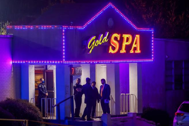 Agentes policiales, en uno de los tres salones de masajes asiáticos de Atlanta (EE UU) que fueron atacados a tiros por un hombre, dejando al menos 8 muertos.