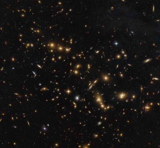 Imagen capturada por el Telescopio Espacial Hubble de la NASA / ESA, muestra un grupo masivo de galaxias unidas por la gravedad.
