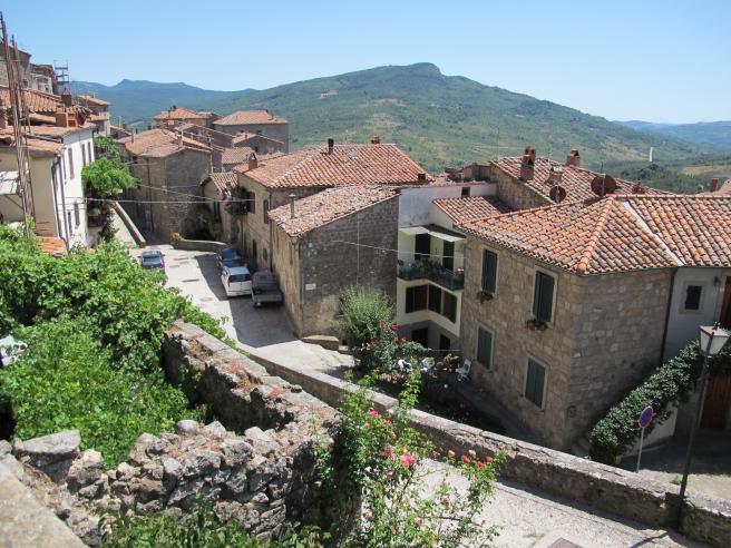Santa Fiora se caracteriza por sus casas de piedra tostada y tejas rojizas.
