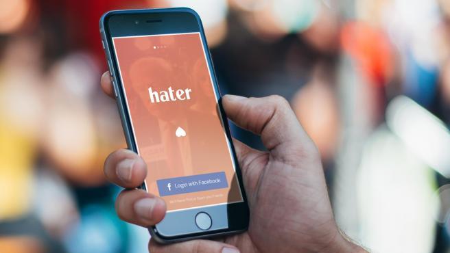 Esta app, que funciona como Tinder, te busca pareja según lo que detestas.