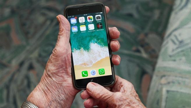 Imagen de archivo de una persona mayor usando el móvil.