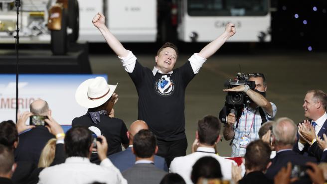 Elon Musk, fundador de SpaceX, muestra su alegría tras el despegue.