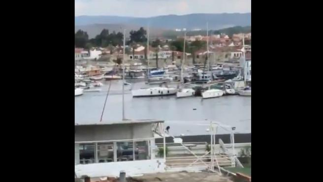 El tsunami producido por el terremoto arrastró varios barcos en Seferihisar, Turquía.