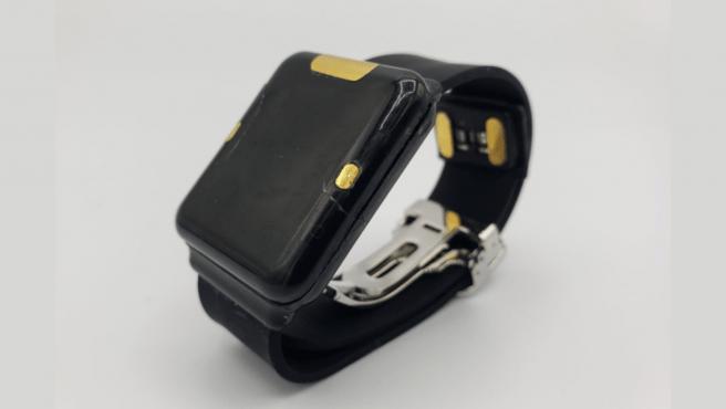 El dispositivo parece un smartwatch.