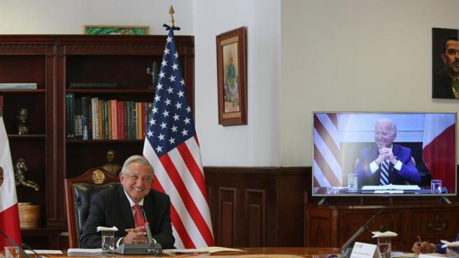 El presidente de México, Andrés Manuel López Obrador, y su homólogo de Estados Unidos, Joe Biden, durante su primera reunión, celebrada de forma virtual.