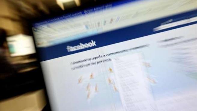 Pantalla de ordenador con Facebook
