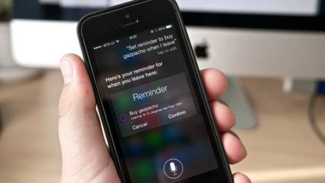 Un usuario utiliza Siri, el asistente de voz inteligente de Apple.