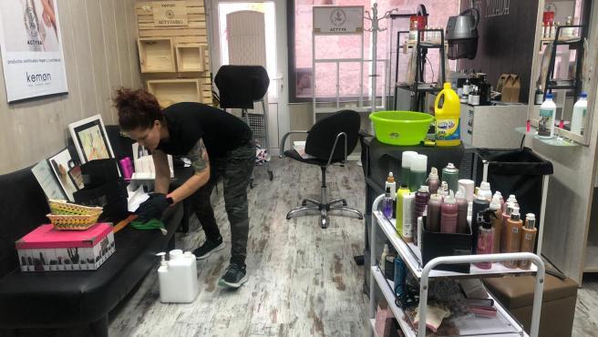 Asún colocando su peluquería