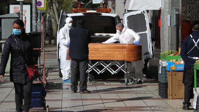Traslado del féretro de un fallecido por coronvirus en Madrid.