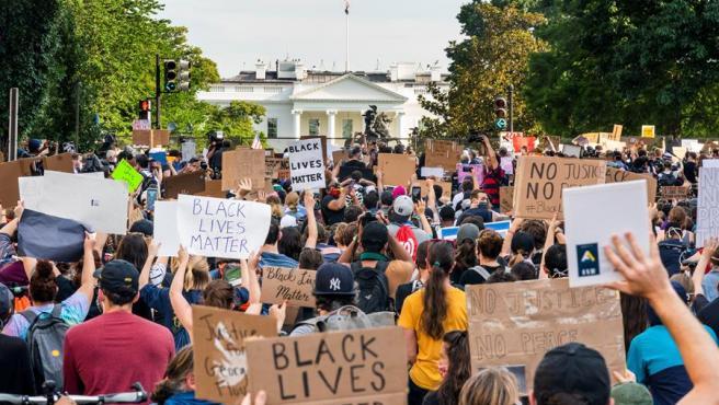 Cientos de manifestantes protestan en Washington frente a la Casa Blanca (protegida por una valla) por la muerte de George Floyd a manos de la Policía y la violencia policial contra los afroamericanos.