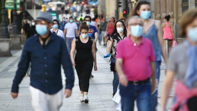Imagen de muchos viandantes paseando por Madrid con mascarilla.
