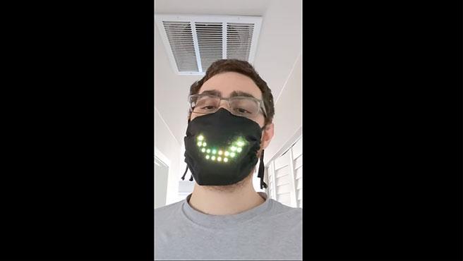La mascarilla de luces LED repite el movimiento de tus labios