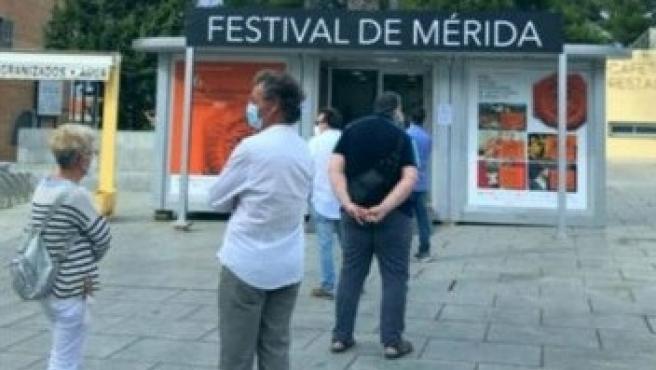 Espectadores con mascarilla hacen colas para comprar entradas del Festival de Mérida