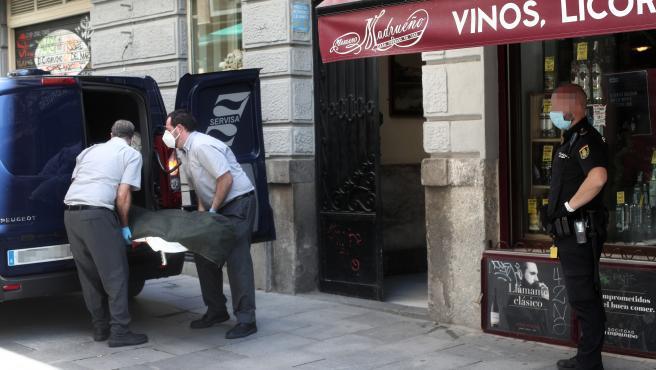 Trabajadores de la Funeraria Servisa recogen los cuerpos sin vida del hostal de la calle Postigo de San Martín de Madrid, donde la Policía Nacional halló los cadáveres de una mujer de 36 años y su hijo de 6 años. 6 de julio de 2020.