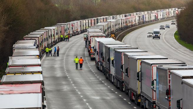 Camiones aparcados en Kent aguardando cruzar hacia Francia.