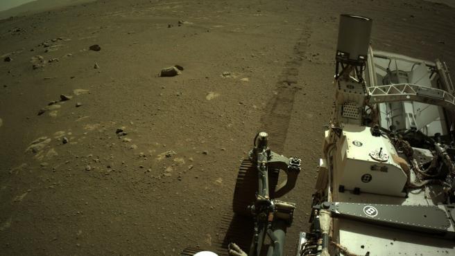 El rover Perseverance de la NASA conduciendo por Marte.